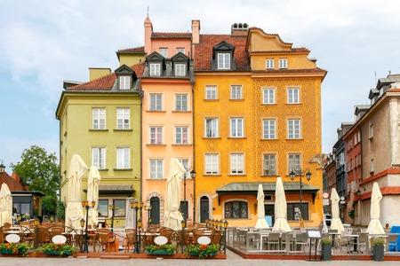 facciate multicolore di vecchie case del centro storico di Varsavia.