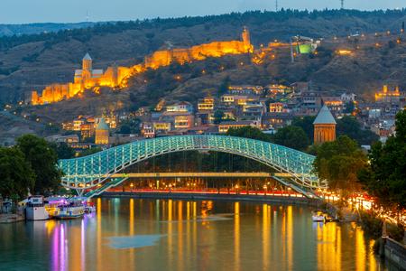 Тбилиси. Мост мира на закате.