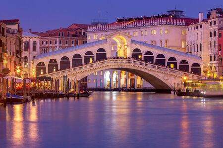 Venice. Rialto Bridge at sunset. 免版税图像