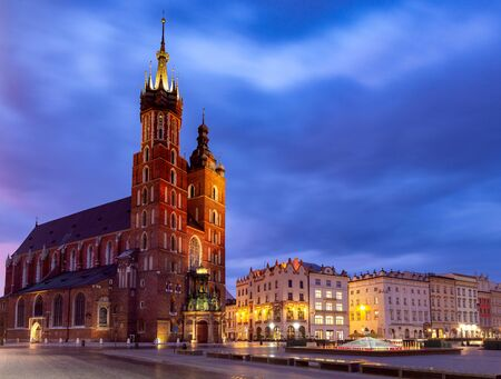 St. Mary's Church on the market square in night lighting. Krakow. Poland. Banque d'images