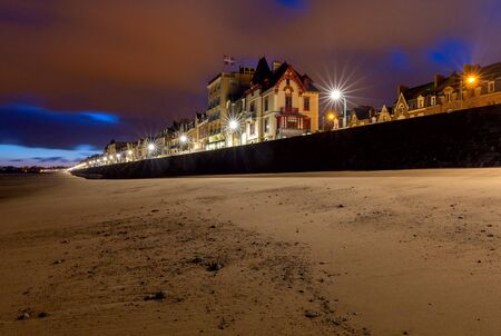 Saint Malo. The city embankment at night. Imagens