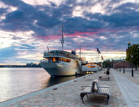 Stockholm. City embankment at sunrise. Stok Fotoğraf - 147578835