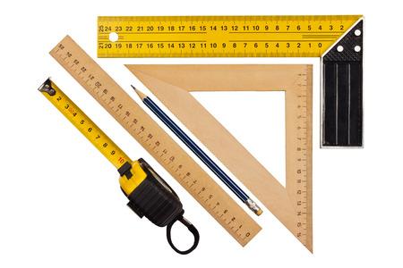 Herramienta metálica para medir el ángulo derecho, triángulo y regla de madera, lápiz y cinta métrica sobre un fondo blanco Foto de archivo