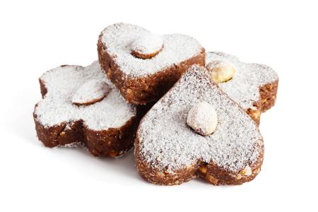 Torte al cioccolato con lo zucchero a velo e noci su uno sfondo bianco