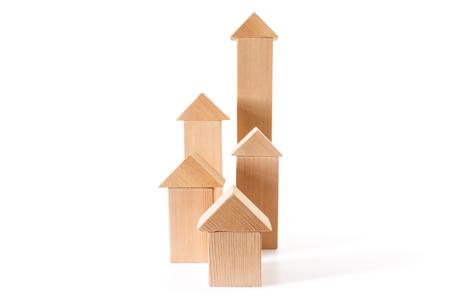 Maisons de jouets de cubes de différentes hauteurs isolés sur fond blanc