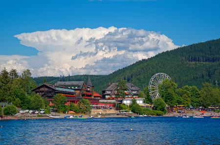 Beautiful view on the promenade, traditional houses and ferris wheel over the Titisee (Titi lake), Black Forest, Germany Standard-Bild