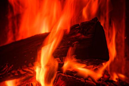 Nahaufnahme der Holzverbrennung in einem Ofen Standard-Bild
