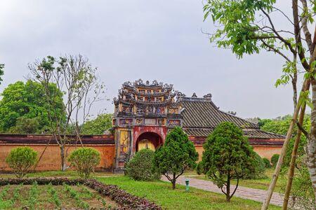 Een van de poorten naar het binnengebied van de paarse verboden stad (keizerlijke citadel) in Hue, Vietnam