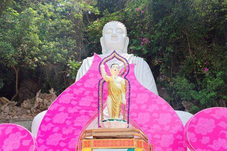 White Marble Buddha Statue and festive decoration in the Shade of Zen Garden in Marble Mountain in Da Nang, Vietnam Standard-Bild