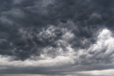 Low angle view of dramatic sky and dark stormy clouds Standard-Bild