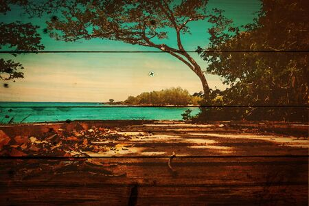 campamento: enfoque suave del árbol de coco y cama de madera en la playa de arena blanca con hermoso mar azul más claro cielo azul, en textura de madera de fondo, filtro de la acuarela. Isla de Kood Trat Province, Tailandia.