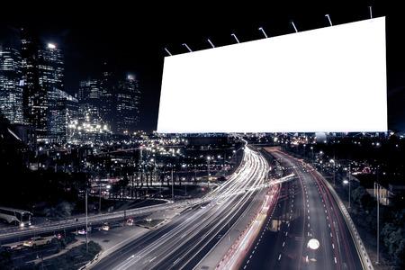 panneau blanc au moment de la nuit pour la publicité ville rue lumière la nuit, filtre coloré.