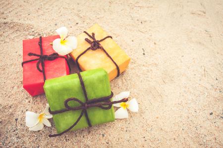 gift box van de natuur en bloemen op zand achtergrond, vintage kleurtoon. voor Kerstmis en Gelukkig Nieuwjaar. Stockfoto