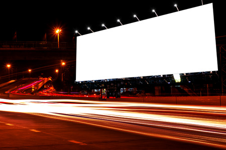 billboard leeg voor buiten reclame poster of leeg reclamebord nacht voor advertentie. of billboard lege straat of billboard lege stad nachtlicht.