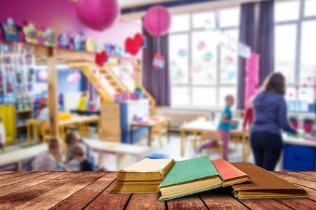 boom leeftijd boek en grunge papier op houten platform in de klas, terug naar school concept.