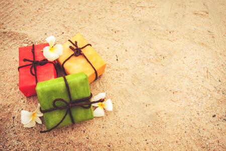 geschenkdoos van aard en bloem op zandstrand achtergrond, vintage kleurtoon. decoratie voor Kerstmis en een gelukkig nieuwjaarsvakantie.