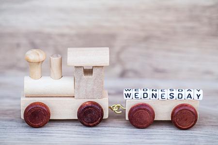 Miniatuur Figuur Hout Trein Toy Draag Blok Woensdag Tekst Over Houten Achtergrond