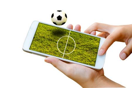 man de hand houden en touch screen smart phone, tablet, mobiele telefoon die op wit met voetbalveld op het scherm, abstracte achtergrond voor voetbal of voetbal online gokken sport.