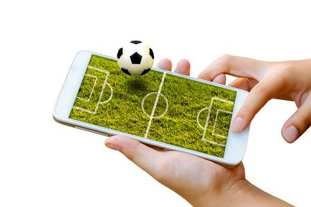 man hand greep en aanraakscherm slimme telefoon, tablet, mobiele telefoon geïsoleerd op wit met voetbalveld op scherm, abstracte achtergrond van sport voetbal of voetbal online gokken.