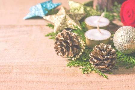 Kerstversiering op houten vloer, abstracte achtergrond van tijd voor aftelling tot Kerstmis en Nieuwjaarsvakantie. Stockfoto