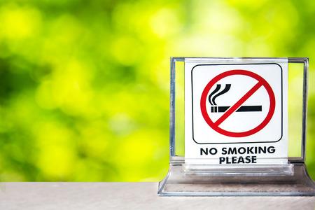Sluit omhoog van nr - rokend teken over vage achtergrond, abstracte achtergrond voor nr - rokend concept. Stockfoto