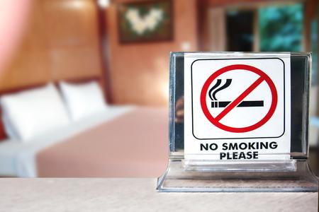Close-up van geen roken waarschuwing over slaapkamer of hotel achtergrond, abstracte achtergrond voor geen roken concept.
