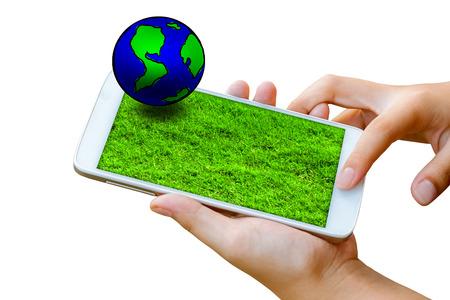vrouw hand houden en touchscreen van slimme telefoon, tablet, mobiel met globe en groen gras textuur op scherm geïsoleerd op wit. abstracte achtergrond van aarde dag concept