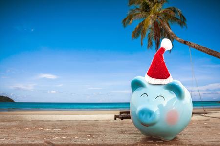 zomer spaarvarken met kerstmuts op het strand, zomervakantie.
