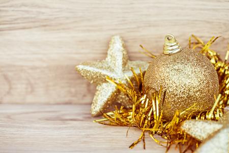 De Kerstmisdecoratie op houten vloer met Kerstmis schittert bal, Beeld voor het concept van de Kerstmisvakantie.
