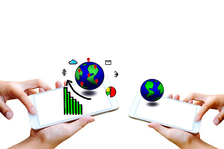 bedrijfs mensen hand houdt en touch screen van de smartphone, tablet, mobiele telefoon met de globe en zakelijke pictogram geïsoleerd op white.Image om de oplossing marketing online of applicatie zakelijke succes concept Stockfoto