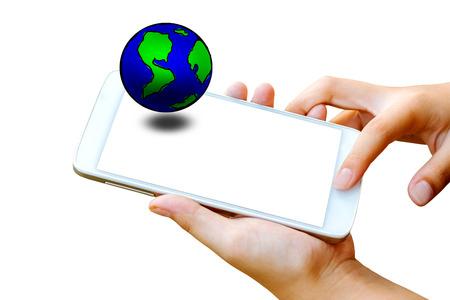 vrouw hand houden en touchscreen van slimme telefoon, tablet, mobiel met globe op scherm geïsoleerd op wit. abstracte achtergrond van aarde dag concept Stockfoto