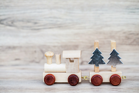 Miniatuurcijfer Wood Train Toy Carry tekst over houten achtergrond, voor Kerstmis Concept.
