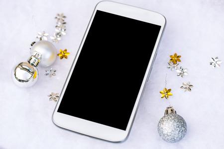 De Kerstmisdecoratie op houten vloer met Kerstmis schittert bal en smartphone, Beeld voor het Concept van de Kerstmisvakantie. Stockfoto