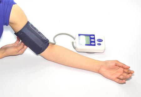 moniteur de pression artérielle isolée sur fond blanc