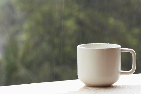 coffee cup and a rainy day Standard-Bild