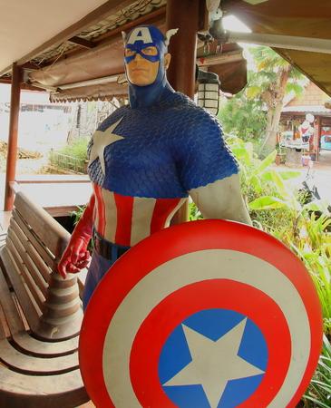 avenger: Ayuttaya, Tailandia - 24 de octubre: Un modelo de Capitán América en el mercado flotante Thung Bua Chom