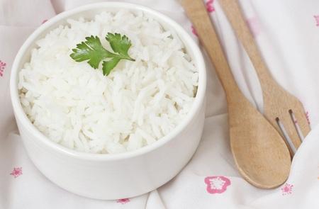 arroz: arroz cocido. arroz jazmín. arroz jazmín cocido y grano de arroz jazmín. arroz cocido en un recipiente en el paño blanco