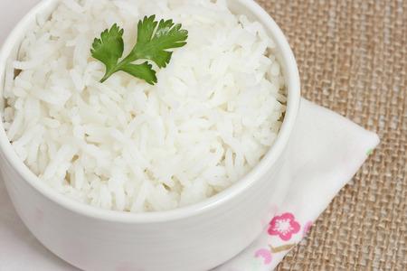 arroz: arroz cocido. arroz jazmín. arroz jazmín cocido y grano de arroz jazmín. arroz cocido en un recipiente en tela de yute