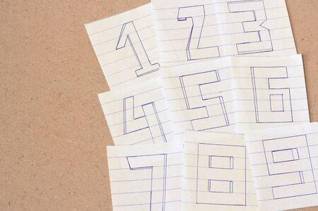 numero nueve: Números, número uno, número dos, número tres, número cuatro, número cinco, número seis, número siete, número ocho, el número nueve en el fondo de madera, tono de época