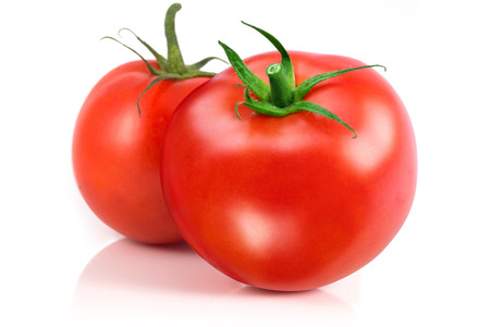 jitomates: Dos tomates aislados en un fondo blanco