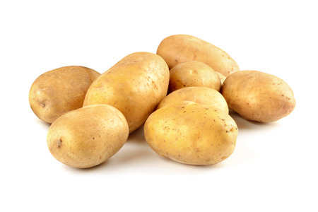 흰색 배경에 고립 된 신선한 감자의 무리입니다. 스톡 콘텐츠