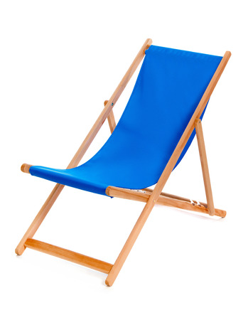 strandstoel: Blauwe zomer ligstoel die op een witte achtergrond.