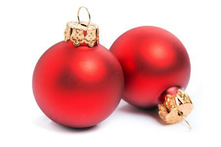 Dos bolas de Navidad rojas aisladas sobre un fondo blanco.