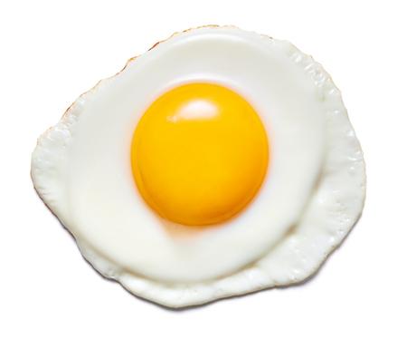 Seul oeuf au plat isolé sur fond blanc