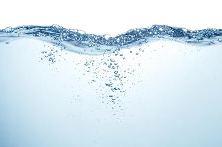 Limpiar la superficie del agua azul con salpicaduras, ondas y burbujas de aire bajo el agua sobre fondo blanco.