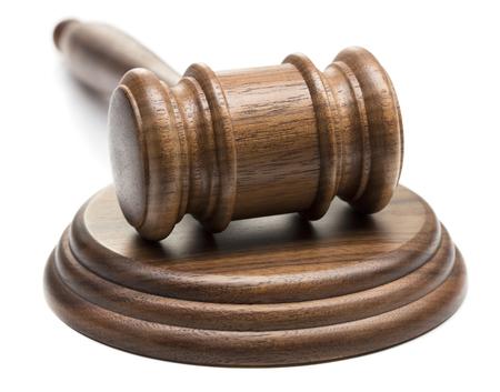 hölzerner Richterhammer lokalisiert auf weißem Hintergrund