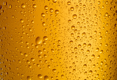 close-up view of glass with beer with droplets as textured background 免版税图像