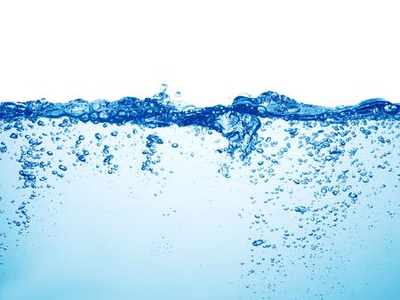 Agua azul limpia con burbujas de aire y salpicaduras sobre fondo blanco.