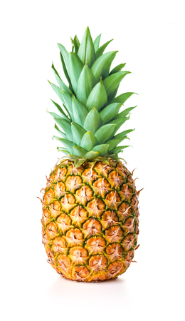 unico maturo ananas intero con foglie verdi isolati su sfondo bianco