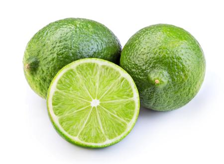 Fruta de limón verde madura en rodajas aislado sobre fondo blanco.
